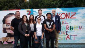 Die Jugendlichen des Jugendforums mit Jugendpfleger Dietmar Grundheber (links), dem Sprecher des Jugendforums Pascal Reifer (hinten Mitte) und Bürgermeister Dr. Karl-Heinz Frieden (rechts) vor den gestalteten Wänden. (Foto: D. Ziehm; junetko)